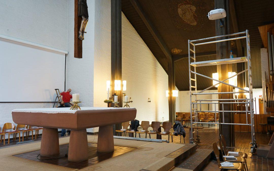 Leinwand- und Beamermontage in einer Kirche