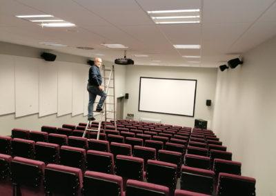 Beamer und Audiotechnik für einen Hörsaal